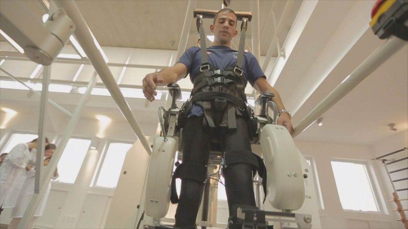 Ludzie-cyborgi - egzoszkielet  umożliwiający chodzenie. fot. National Geographic Channel/Asylum Entertainment