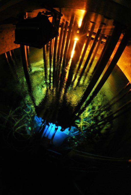 Promieniowanie Czerenkowa w reaktorze Maria. Fot. A. Rumińska/Wikimedia