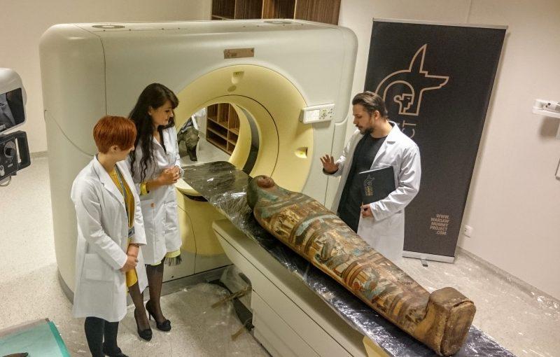 Mumia w tomografie, wokół koordynatorzy Warsaw Mummy Project. Fot. Piotr Stanisławski