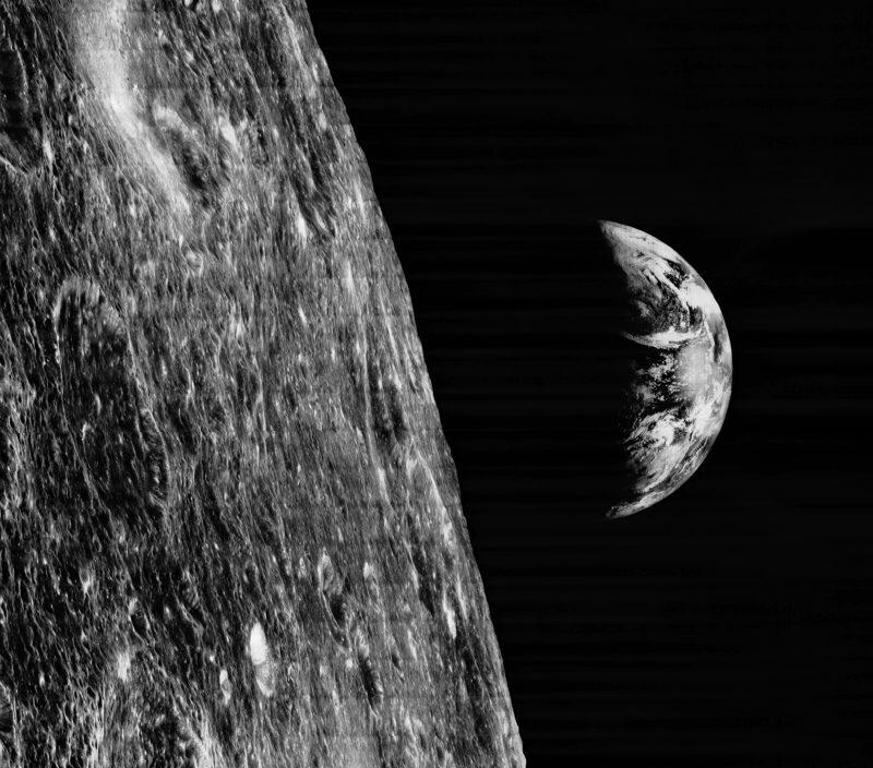 Ziemia widoczna znad powierzchni Księżyca w obiektywie sondy Lunar Orbiter I, 1966 rok. Fot. NASA/LPI/USGS