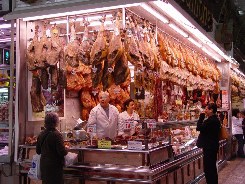 Kupuj mięso z pewnych źródeł. Fot. Wikimedia/Tom Adriaenssen