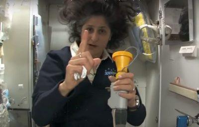 """Lejek na """"numer 1"""" trzymany przez Sunitę Williams. Fot. NASA"""