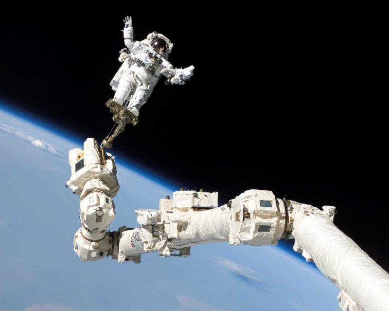 Astronauta Stephen K. Robinson podczas spaceru kosmicznego na zewnątrz Międzynarodowej Stacji Kosmicznej. Fot. NASA
