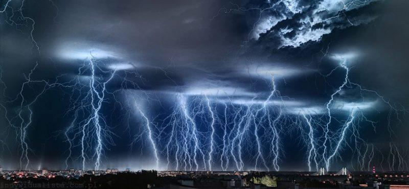 Fotografia zrealizowana podczas burzy w nocy 30/31.08.2015 roku przedstawia wyładowania atmosferyczne nad Warszawą. Obiektyw 50 mm, f1,4, lustrzanka pełnoklatkowa, zdjęcie zrealizowane z użyciem wężyka spustowego. Minimalna czułość, długi czas naświetlania. Fot. Grzegorz Krzyżewski