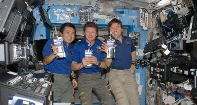 Astronauci prezentują wodę z recyklingu na Międzynarodowej Stacji Kosmicznej. Fot. NASA