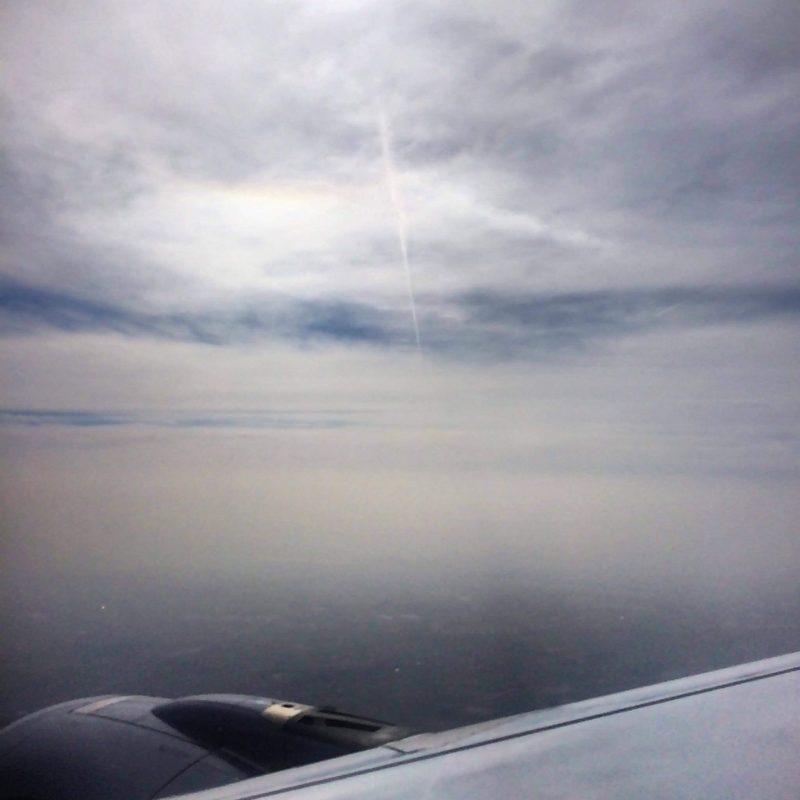 Saharyjski pył widziany z samolotu w okolicach Monachium 5 kwietnia około godz. 11. Na zdjęciu widać: dolny luk styczny (ta tęcza) i cień smugi na pyle. Fot. Maciej Mucha
