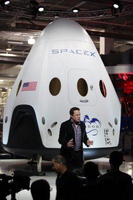 Elon Musk prezentuje w 2014 roku kapsułę załogową Dragon V2. Źródło: Wikimedia