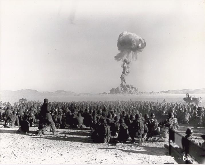 21 listopada 1951 roku - pierwszy naziemny test ładunku nuklearnego w Nevadzie (21 kiloton). Obserwatorzy na zdjęciu oddaleni są od miejsca wybuchu o niecałe 10 kilometrów/ Fot. Federal Government of the United States /Wikimedia Commons