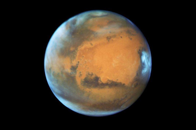Mars sfotografowany przez Kosmiczny Teleskop Hubble'a 12 maja 2016 roku. Źródło: NASA, ESA, the Hubble Heritage Team (STScI/AURA), J. Bell (ASU), M. Wolff (Space Science Institute)