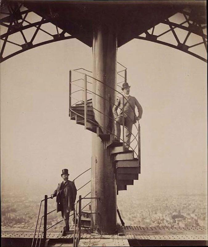 Schody prowadzące na szczyt wieży. Na nich sam konstruktor - Gustave Eiffel