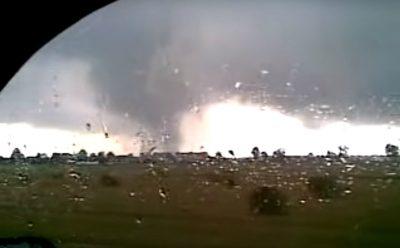 Trąba powietrzna w okolicy Strzelec Opolskich 15 sierpnia 2008 roku. Źródło: Maravillodl's channel/Youtube