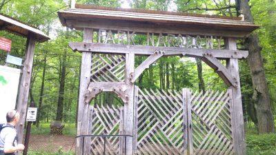 Brama do rezerwatu ścisłego w Białowieskim Parku Narodowym pochodzi z 1930 roku. Została zaprojektowana w stylu zakopiańskim. Fot. Crazy Nauka