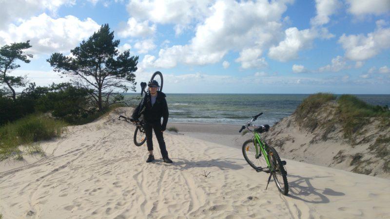 Dojazd rowerem do pozostałości puszczy sprzed 3000 lat pod Czołpinem bywa niełatwy.Fot. Crazy Nauka