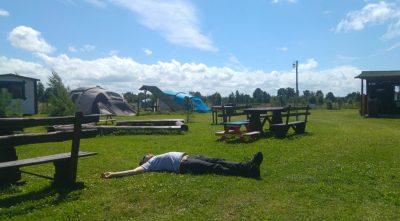 Camp-Classic w Smołdzińskim Lesie to świetna baza wypadowa nad Bałtyk i do Słowińskiego Parku Narodowego. Piotrek regeneruje siły przed dalszą trasą. Fot. Crazy Nauka