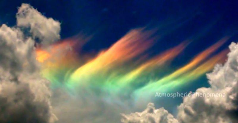 Iryzacja na chmurach. Fot. Atmospheric Phenomena/YouTube