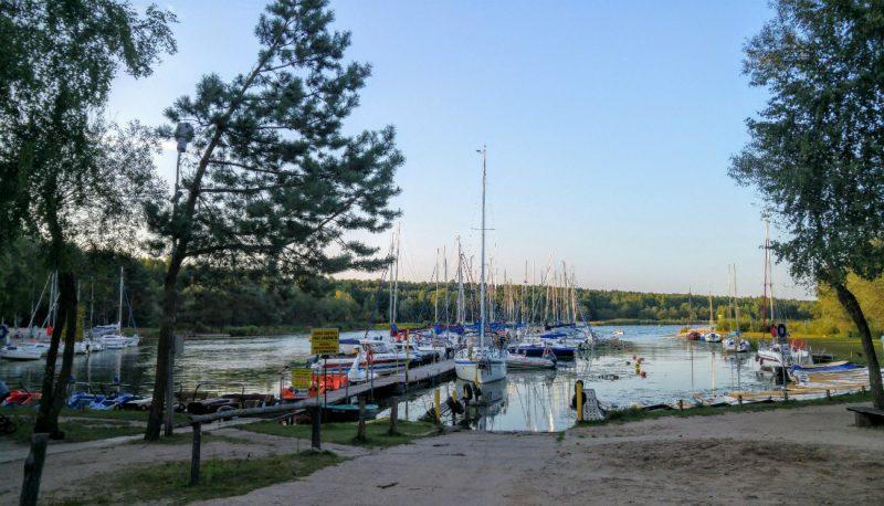 """Port """"U Łysego"""" w Bronisławowie nad Zalewem Sulejowskim. Fot. Crazy Nauka"""