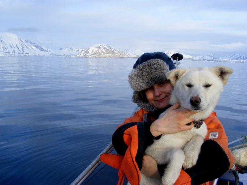 Dominika ze swoim arktycznym psem. Fot. Dominika Dąbrowska