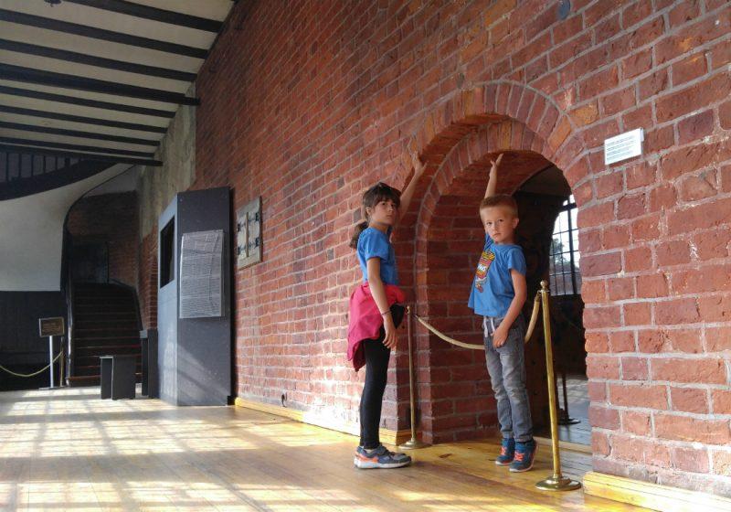 Poziom podłogi w zamku olsztyńskim zmieniał się po wielu przebudowach. Fot. Crazy Nauka