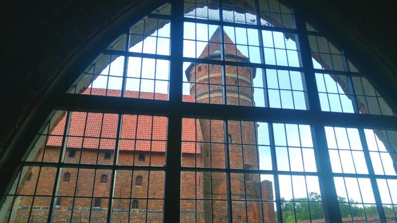 Taki widok z okien korytarza obok swoich komnat miał Kopernik na zamku w Olsztynie. Fot. Crazy Nauka