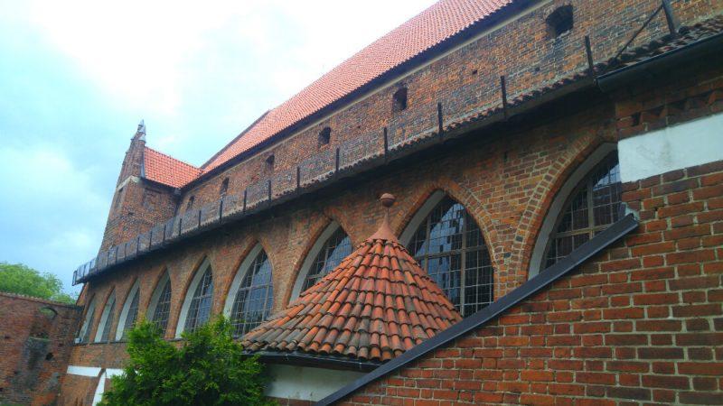 Przez te łukowe okna Kopernik prowadził swoje obserwacje astronomiczne na zamku w Olsztynie. Fot. Crazy Nauka