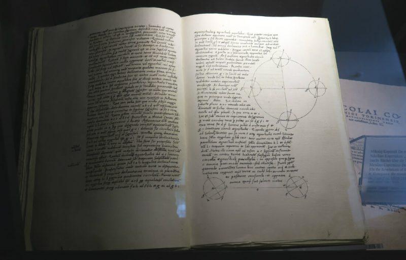 """Kopia egzemplarza """"O obrotach sfer niebieskich"""" (""""De revolutionibus orbium coelestium""""), astronomicznego dzieła życia Mikołaja Kopernika. Fot. Crazy Nauka"""