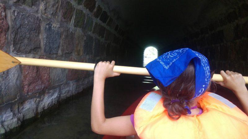 Wpływamy do tunelu pomiędzy jeziorami Ublik Wielki i Ublik Mały. Fot. Crazy Nauka