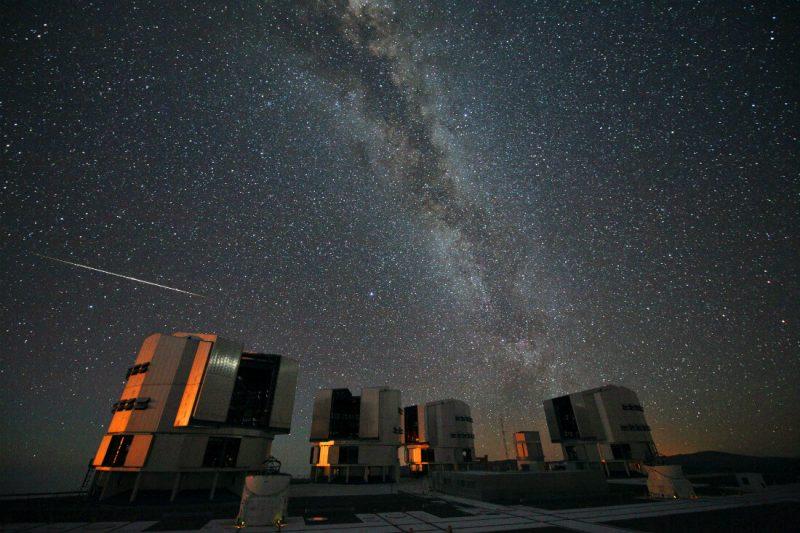 Perseidy 2010 ponad Europejskim Obserwatorium Południowyym. Fot. ESO/S. Guisard - http://www.eso.org/public/images/potw1033a/