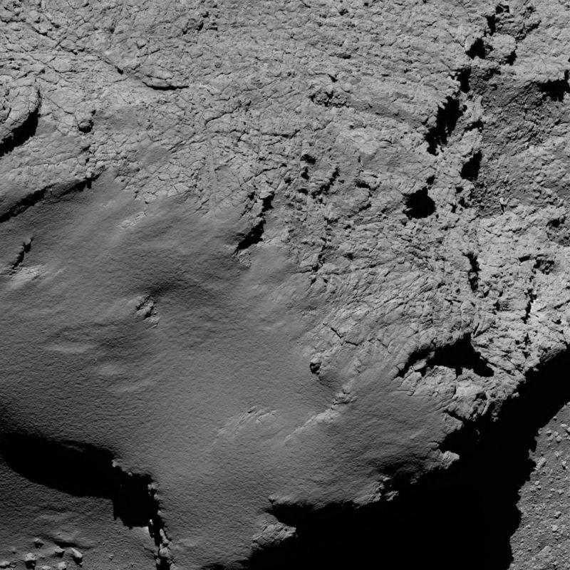 Powierzchnia komety 67P/Czuriumow-Gierasimienko sfotografowana z odległości zaledwie 8,9 km! Źródło: ESA/Rosetta/MPS for OSIRIS Team MPS/UPD/LAM/IAA/SSO/INTA/UPM/DASP/IDA