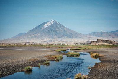 Wulkan Ol Doinyo Lengai widziany znad jeziora Natron. Fot. Clem23/Wikimedia