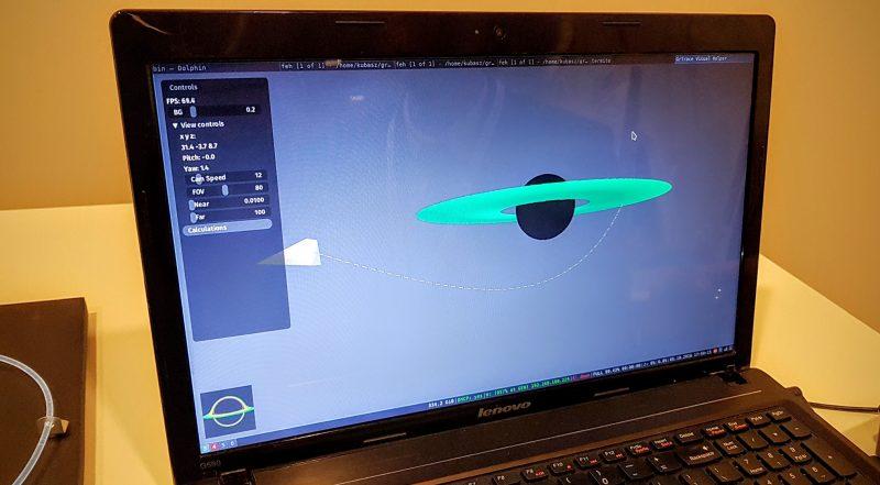 Symulacja biegu promieni światła wokół czarnej dziury przygotowana przez Jakuba Szewczyka i Grzegorza Uriasza. Fot. Crazy Nauka