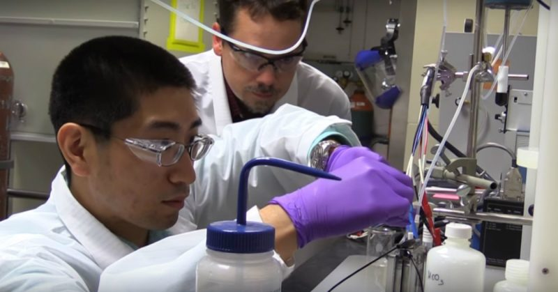 Naukowcy z Yang Song i Adam Rondinone z Narodowego Laboratorium Oak Ridge w Tennessee podczas badań nad wytwarzaniem alkoholu z dwutlenku węgla i wody. Źródło: ORNL