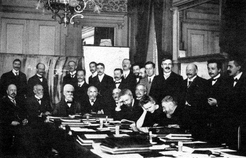 Do zaostrzenia skandalu przyczyniła się obecność obojga kochanków, Marii i Paula Langevina, na konferencji Solvaya w Brukseli w 1911 roku. Na zdjęciu widać Marię, zaś Langevin stoi jako pierwszy z lewej. Fot. Benjamin Couprie / Wikimedia
