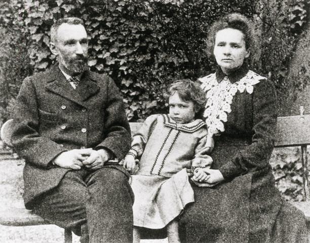 Troje noblistów na jednym zdjęciu: Piotr, Irene i Maria Curie. Źródło: Eve Curie: Madame Curie. S. 259 / Wikimedia