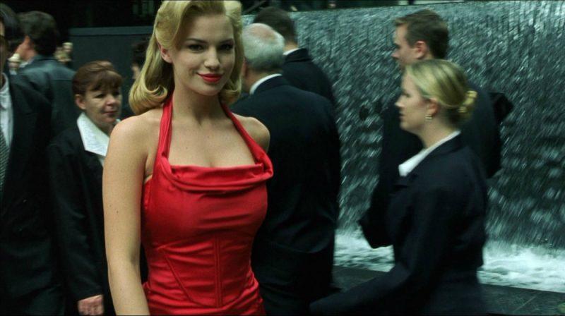 """Kobieta w czerwonej sukience w """"Matrixie"""". Źródło: Warner Bros"""