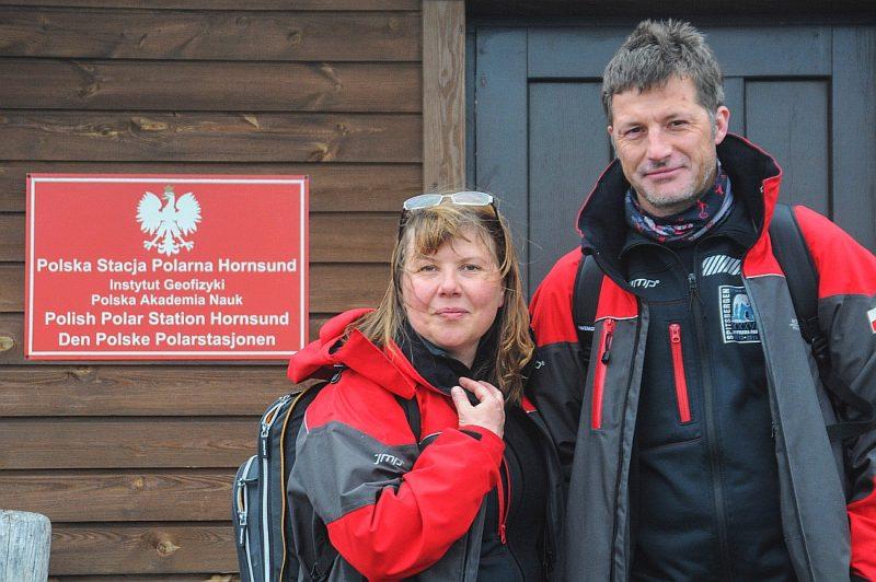Dr Katarzyna Jankowska z mężem Tomaszem przed Polską Stacją Polarną Hornsund. Fot. Archiwum Katarzyny Jankowskiej