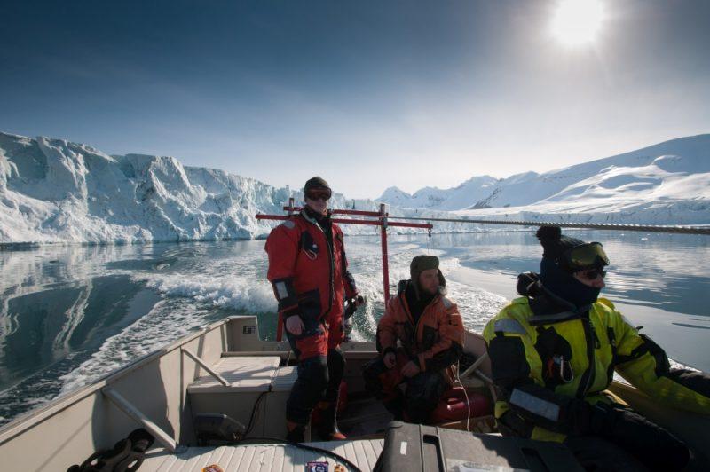 Tomasz podczas pracy na Spitsbergenie nocą polarną. Fot. Katarzyna Jankowska