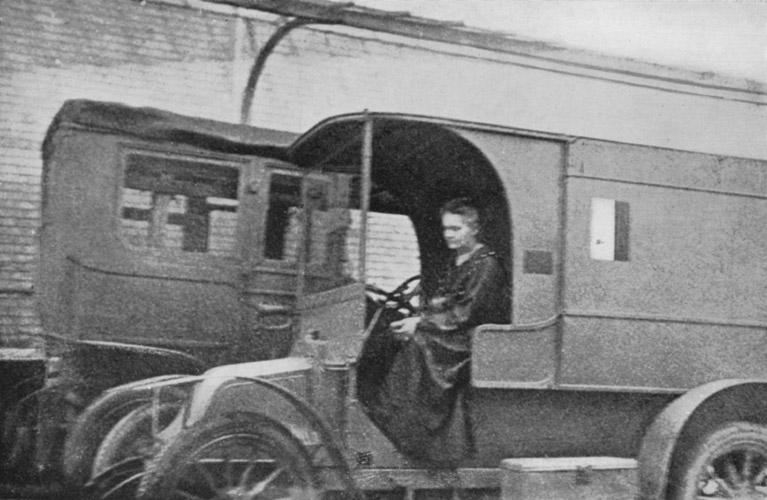 Maria Skłodowska-Curie w furgonetce z aparatem rentgenowskim. Źródło: Eve Curie: Madame Curie. S. 329 / Wikimedia