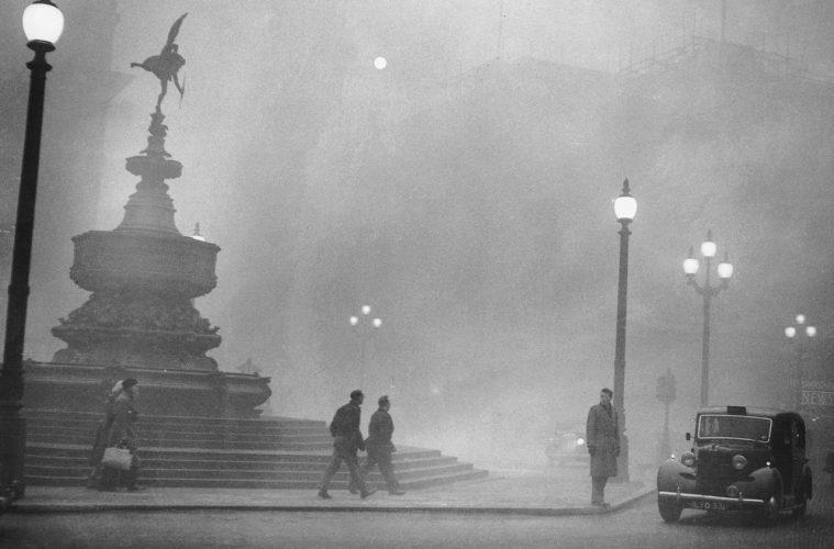 Plac Piccadilly Circus podczas Wielkiego Smogu Londyńskiego w 1952 roku Fot. Wikimedia Commons