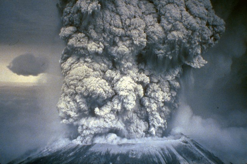 Erupcja Mount St. Helens 18 maja 1980 roku. Fot. NOAA News Photo