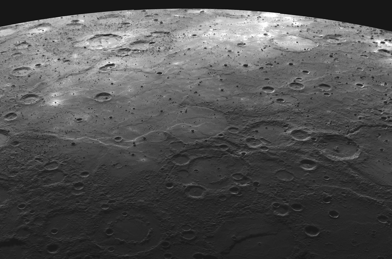 Wypełnione lawą kratery i równiny na Merkurym. Fot. NASA / JHU/AP