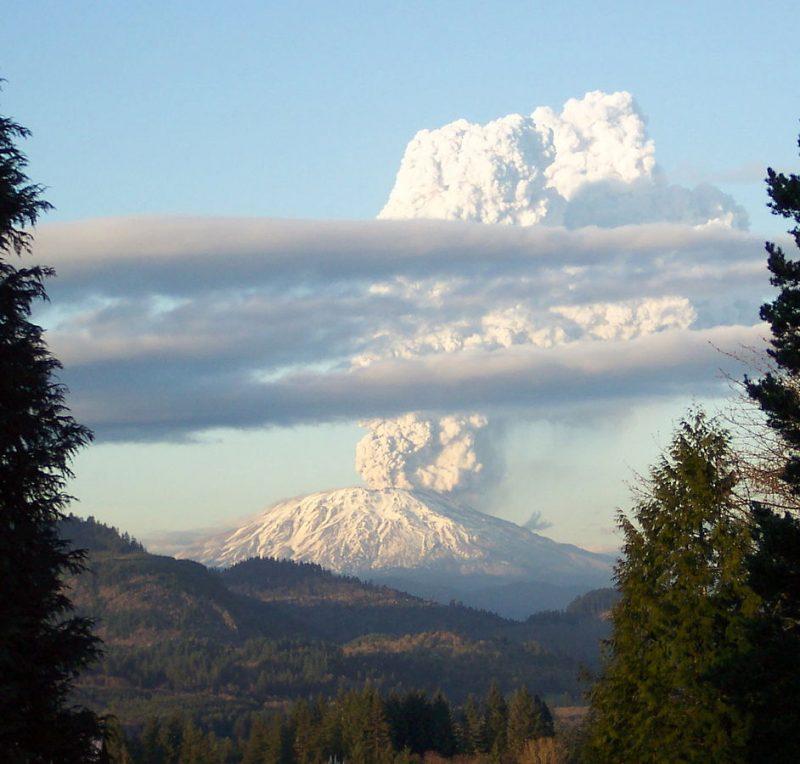 Tam wygląda pomniejsza erupcja Mt St. Helens - tutaj z 2005 roku. Fot. Kbomb~commonswiki