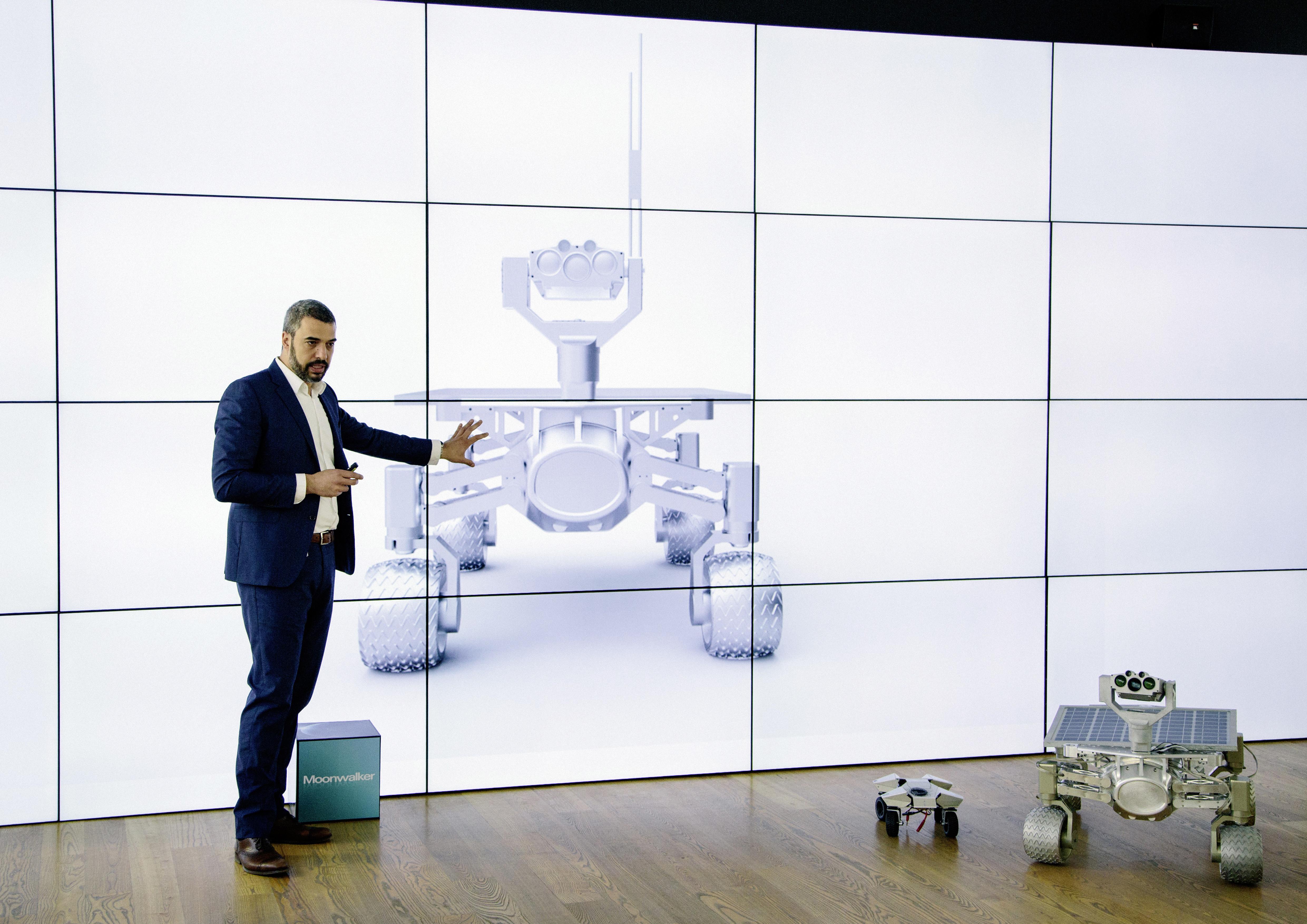 Jorge Diez, szef Audi Concept Design Munich,opowiada o łaziku podczas prezentacji projektu.