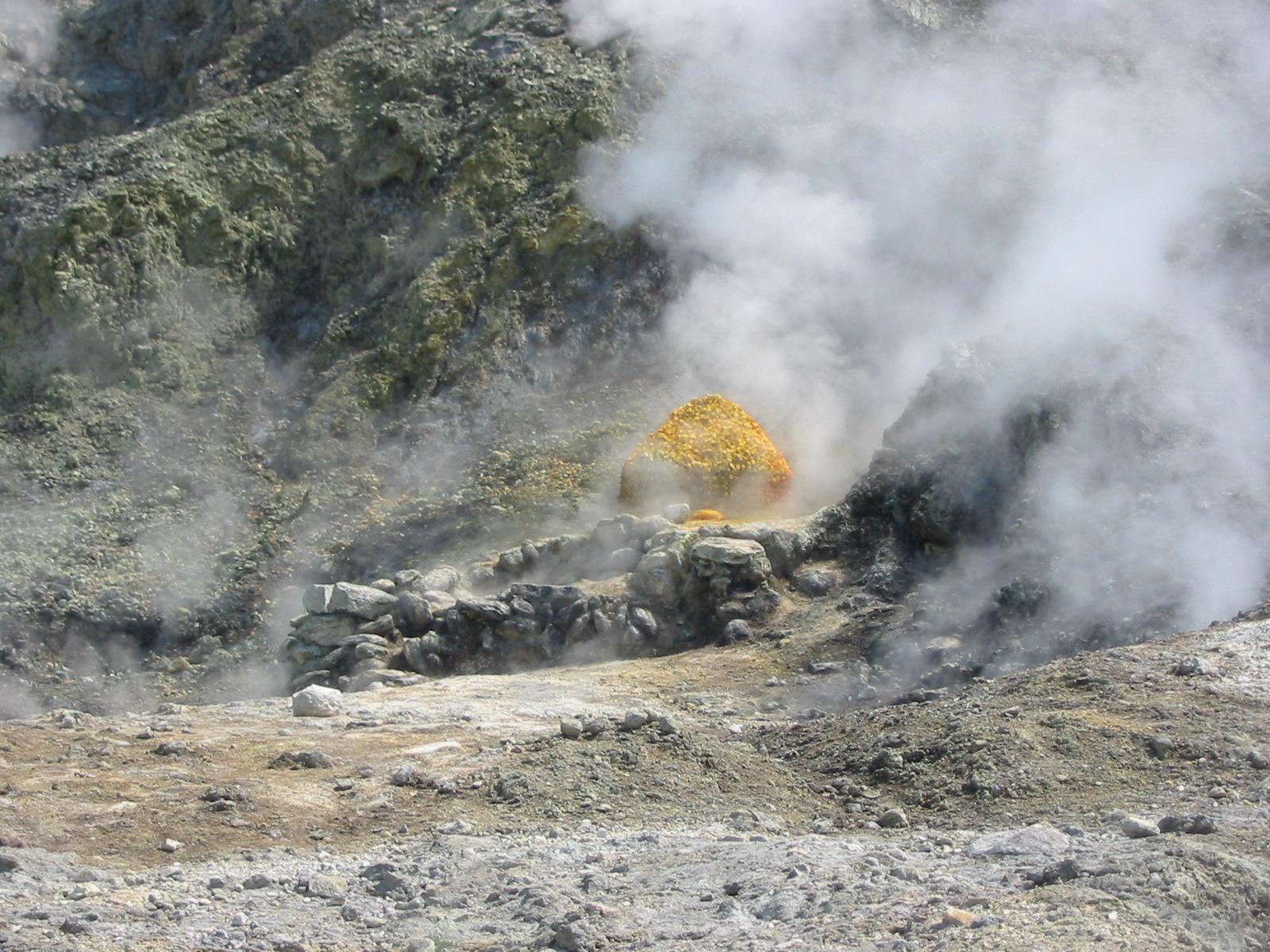 Siarka osadzająca się przy wydobywających się spod ziemi gazach na Polach Flegrejskich. Fot. Donar Reiskoffer