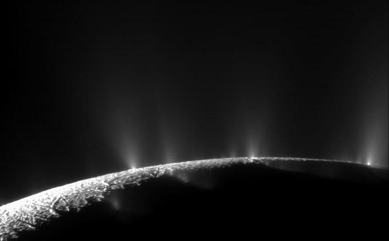 Gejzery na Enceladusie. Fot. NASA/JPL Space Science Institute