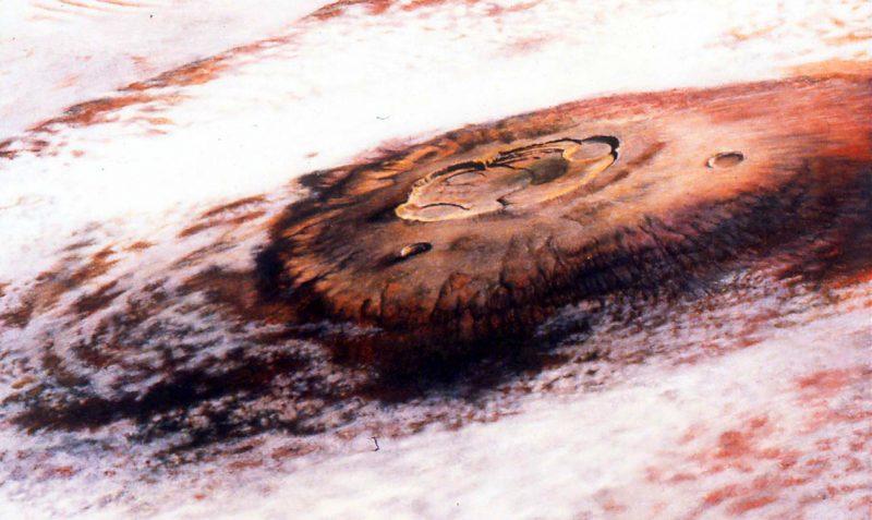 Olympus Mons na Marsie, najwyższa góra w Układzie Słonecznym. Zdjęcie zrobione przez sondę Viking 1 w 1976 roku. Fot. NASA