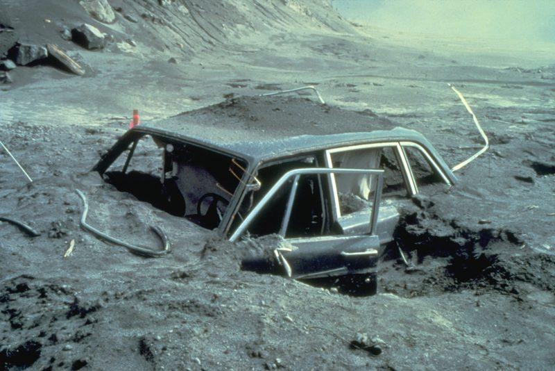 """Samochód Reida Blackburna, fotografa """"National Geographic"""", który zginął podczas wybuchu Mt St. Helens 18 maja 1980 roku. Fot. Danial Dzurisin/USGS"""