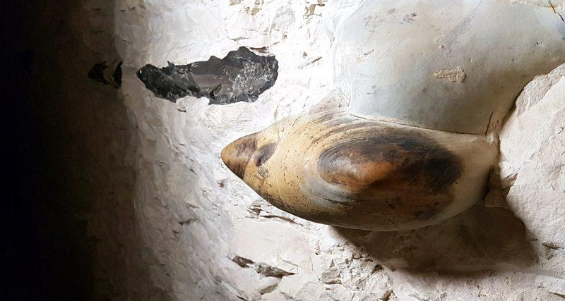 Bryła krzemienia pasiastego w podziemnym korytarzu kopalni. Fot. Crazynauka