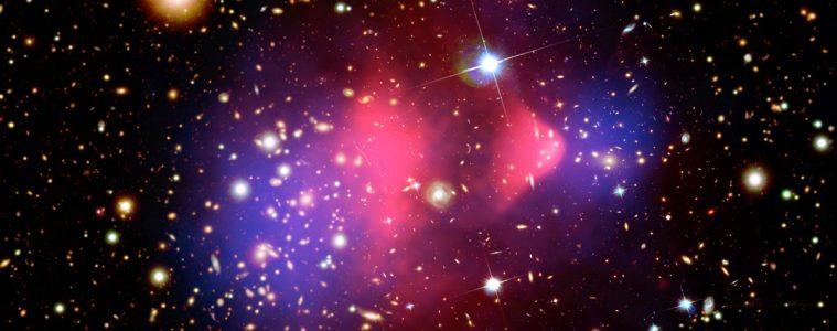 Rozkład domniemanej ciemnej materii (niebieska) w Gromadzie Pocisk. Fot. NASA/CXC/M. Weiss