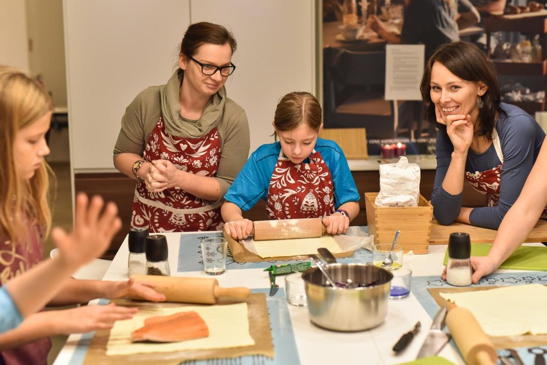 Wspólnie przygotowujemy łososia. Fot. Kuchnia Spotkań IKEA