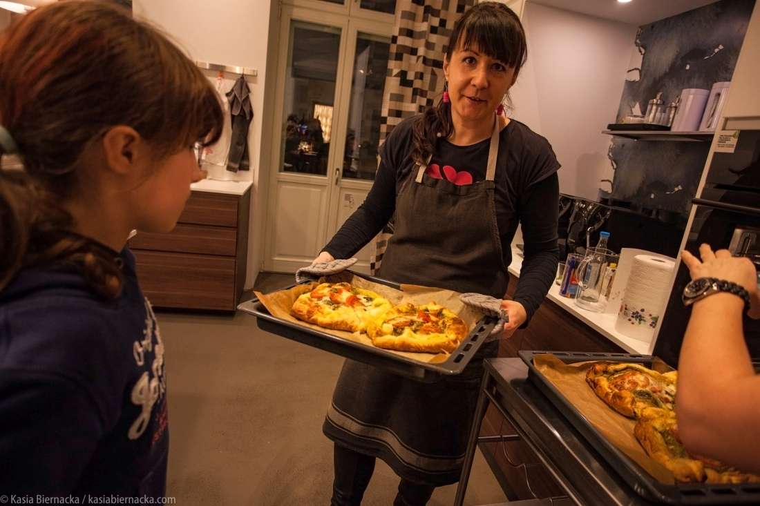 Łosoś w cieście francuskim wg Jamiego Olivera wygląda trochę jak pizza. Fot. Kasia Biernacka